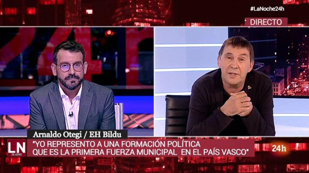 Foto: Marc Sala, entrevistando a Arnaldo Otegi. (RTVE)