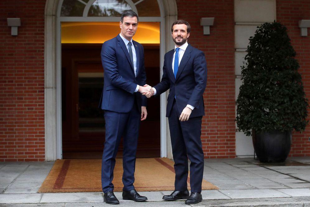 Foto: El presidente del Gobierno, Pedro Sánchez, recibe al líder del Partido Popular (PP), Pablo Casado, este 17 de febrero. (EFE)