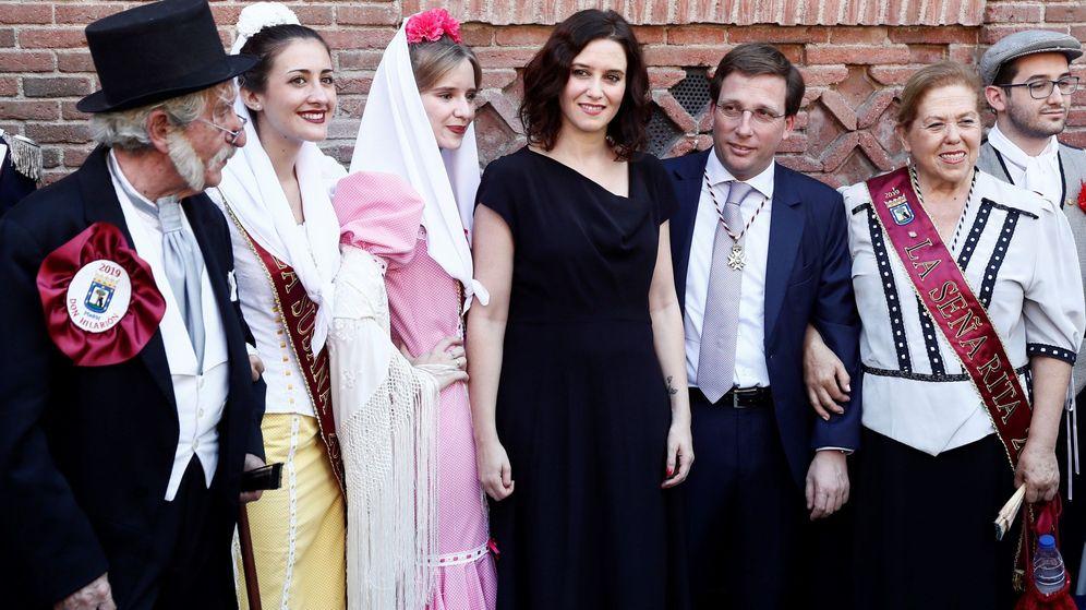 Foto: Isabel Díaz Ayuso, junto José Luis Martínez-Almeida, en las fiestas de La Paloma. (EFE)