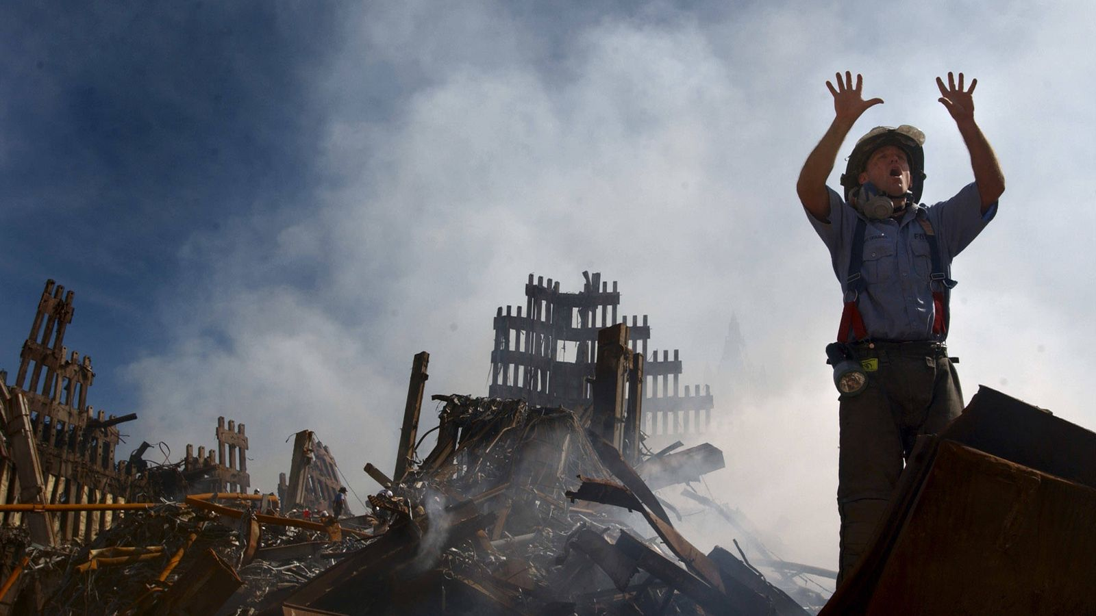 Foto: Un bombero de Nueva York pide refuerzos entre los escombros del World Trade Center, el 15 de septiembre de 2001. (Reuters)