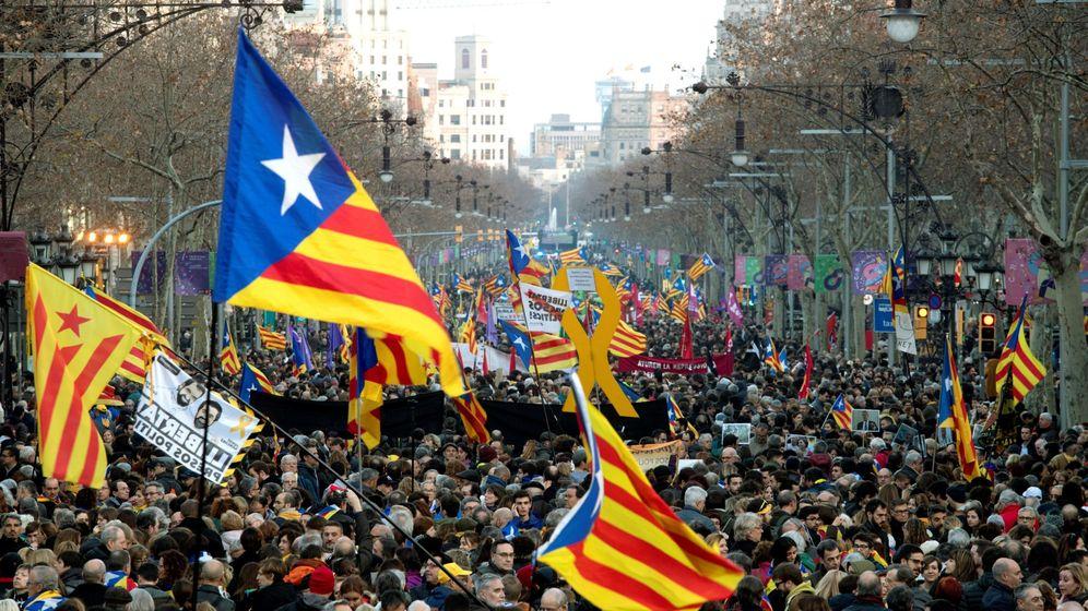 Foto: Miles de personas se manifiestan en Barcelona contra el juicio del 'procés' el pasado febrero. (EFE)