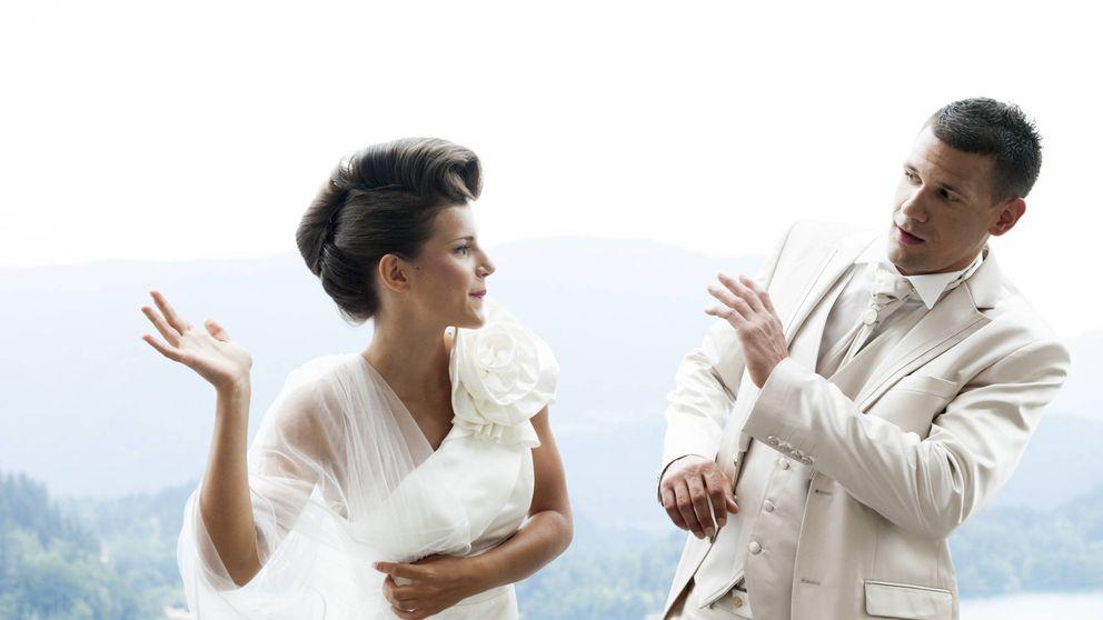 Vestida de novia irrumpe en una boda, pega al novio y le grita: Debería haber sido yo