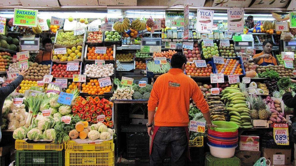 Foto: Un dependiente de una frutería de Madrid.