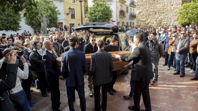 Marbella se entrega en el entierro de Pablo Ráez y arropa a su familia