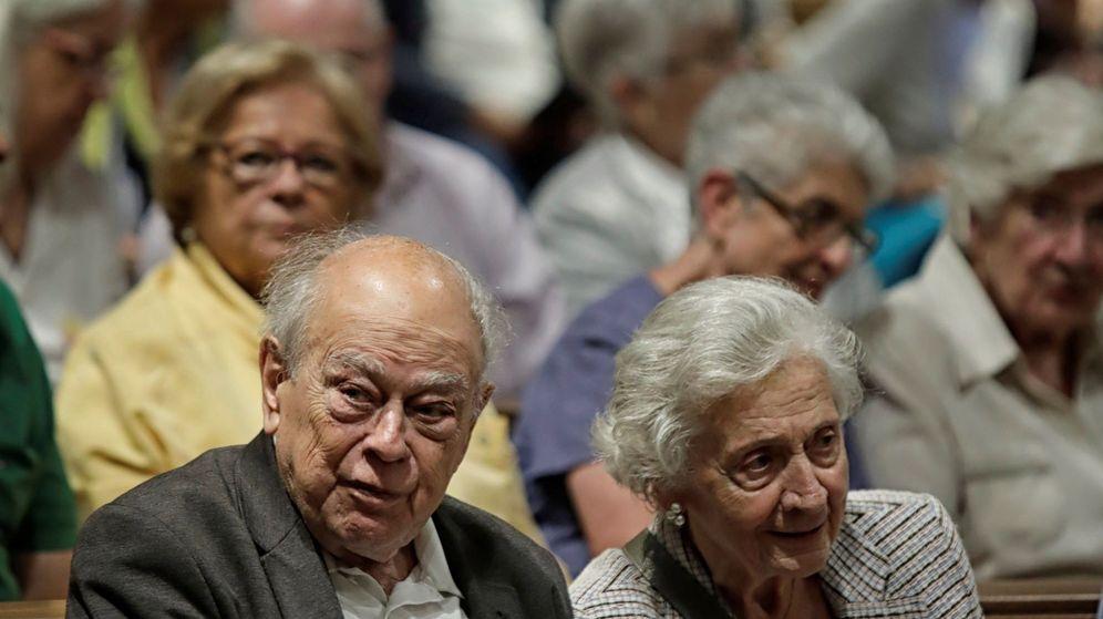 Foto:  El expresident de la Generalitat, Jordi Pujol, junto a su esposa, Marta Ferrusola. (EFE)