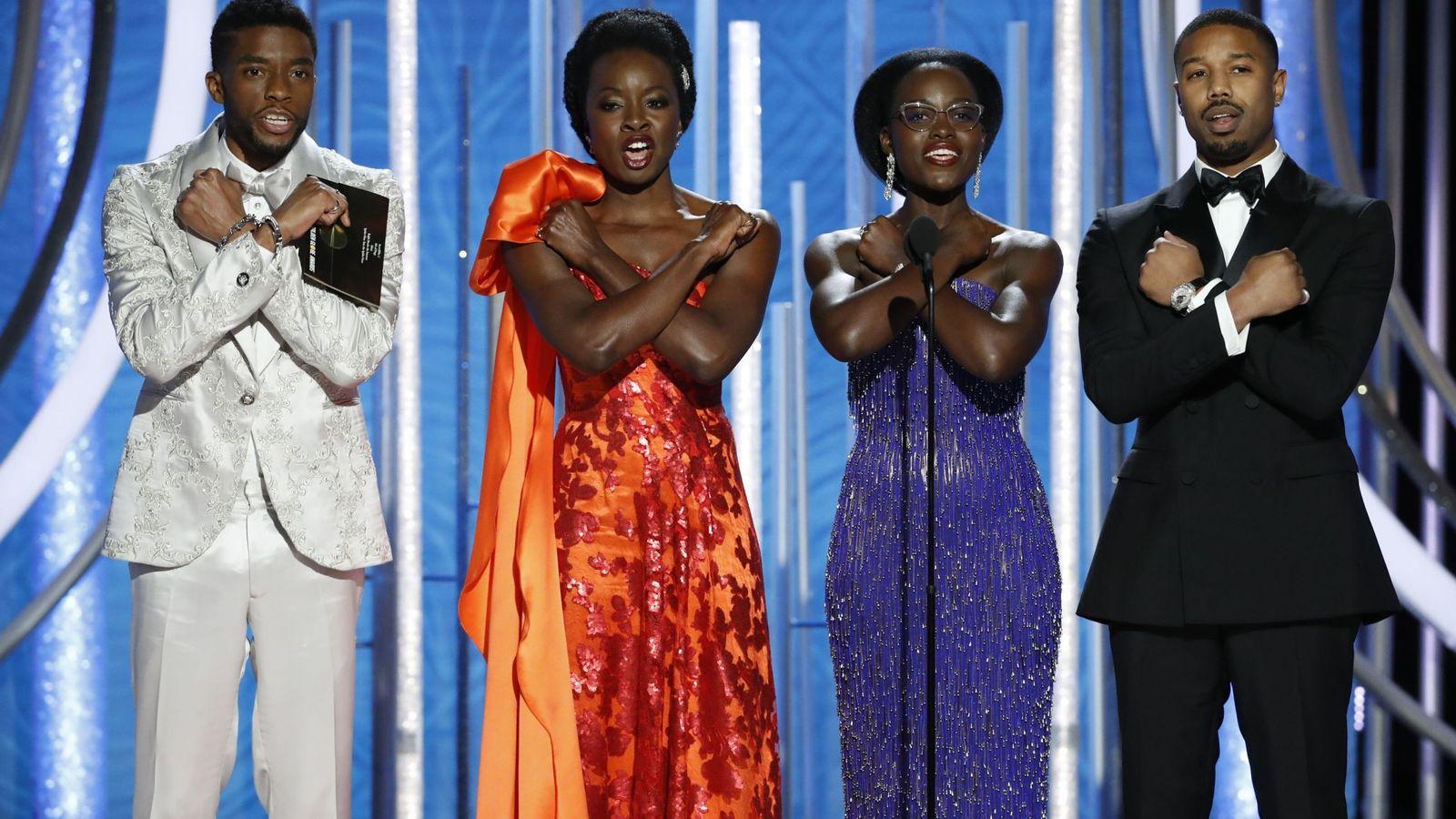 Foto: Los actores Chadwick Boseman, Danai Gurira, Lupita Nyong'o y Michael B. Jordan haciendo el saludo de moda en Hollywood. (Reuters)