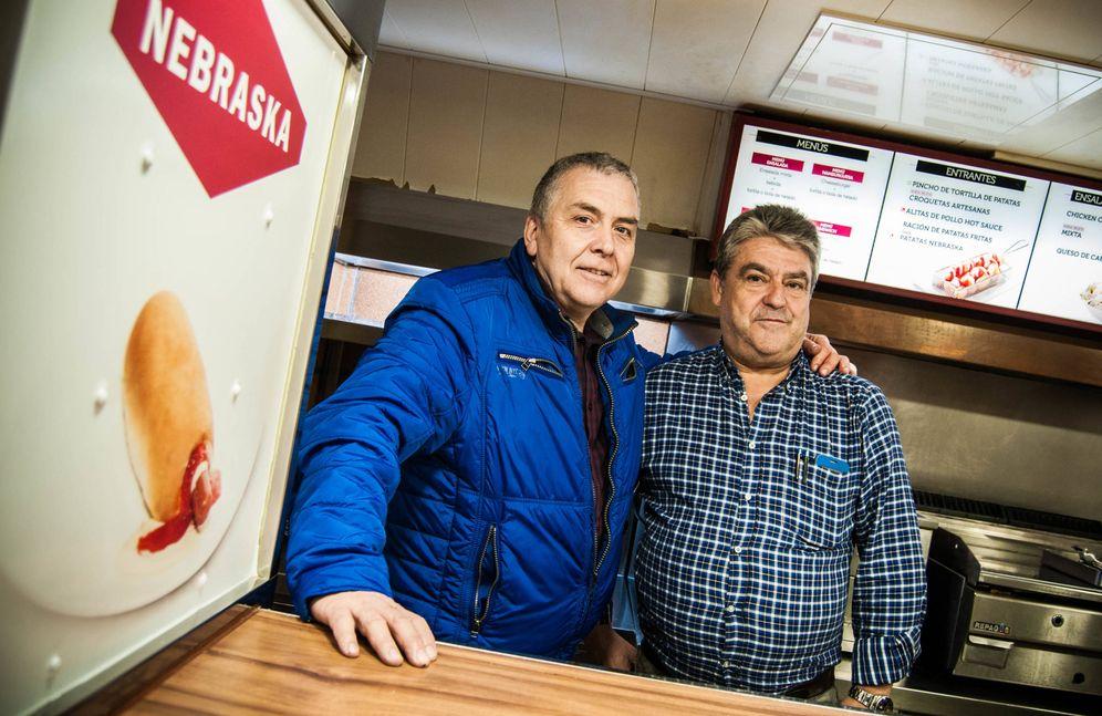 Foto: Juan Pedro Barrero y Pedro Simón, socios y extrabajadores de Nebraska, en la cafetería que van a reabrir. (Carmen Castellón)