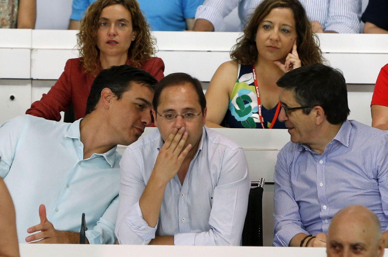 Foto: Pedro Sánchez conversa con César Luena, y ante el todavía presidente del Congreso, Patxi López, este 9 de julio. (EFE)