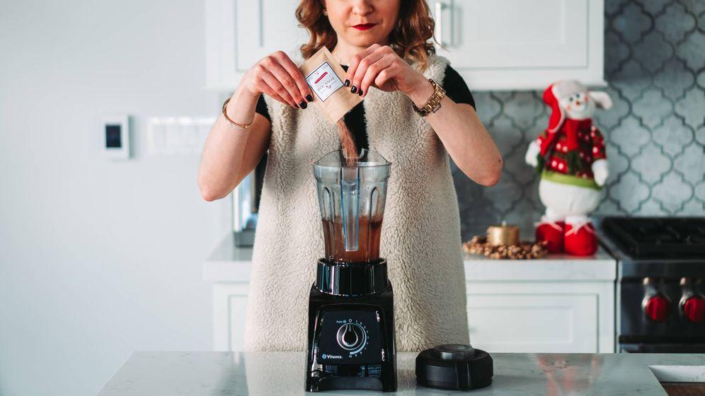 Foto: Una mujer prepara un batido con su batidora de vaso (Foto: Pexels)