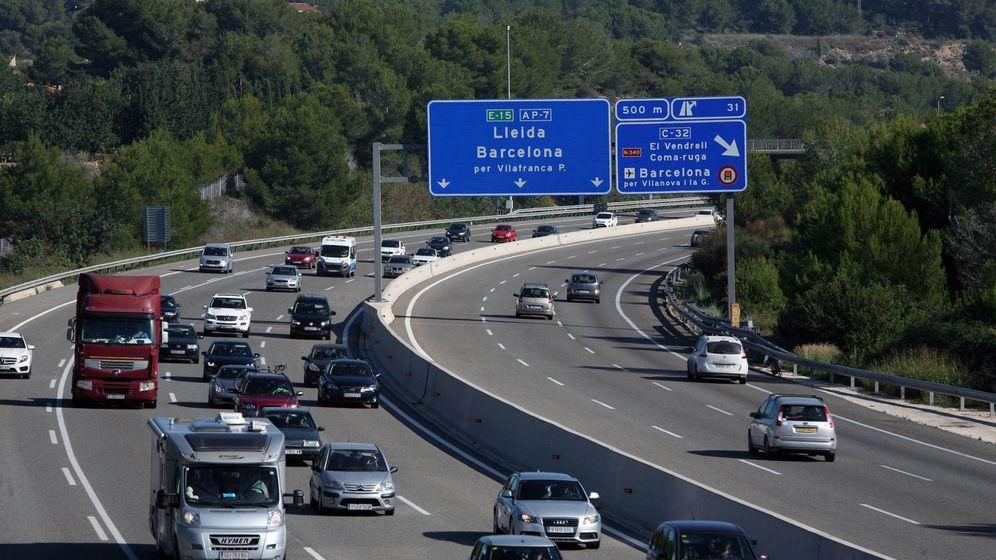 Foto: Tráfico en la AP-7 a su paso por la localidad de Roda de la Berà (Tarragona). (EFE)