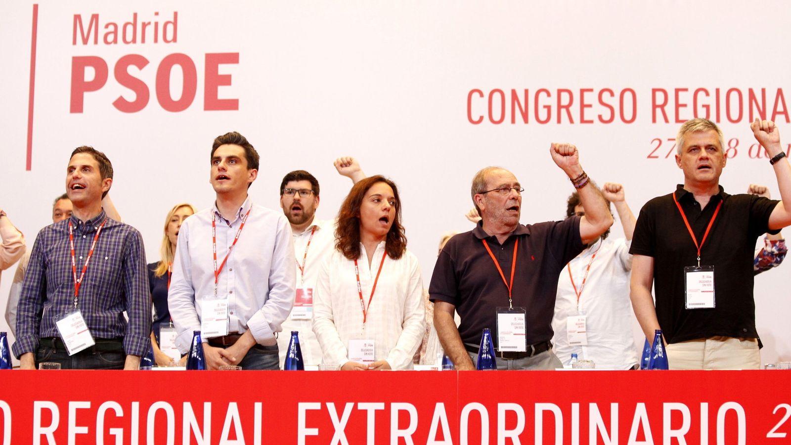 Foto: La ejecutiva del PSOE-M, encabezada por Sara Hernández, en la clausura del 'congresillo' regional, cantando 'La Internacional', este 28 de mayo. (EFE)