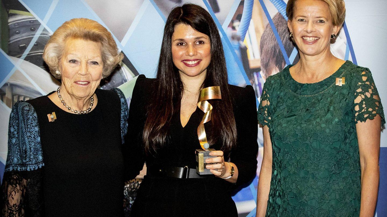 La princesa Beatriz y Mabel de Holanda con la ganadora del premio Ingeniero Friso. (Cordon Press)