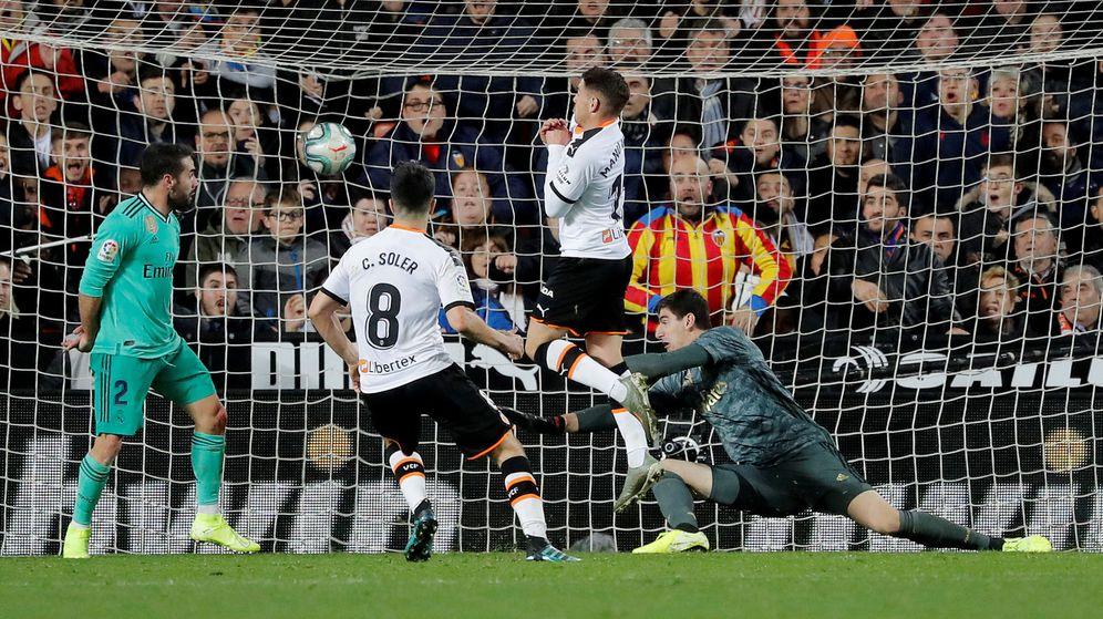 Foto: Jugadores de Valencia y Real Madrid durante su último enfrentamiento liguero. (Reuters)