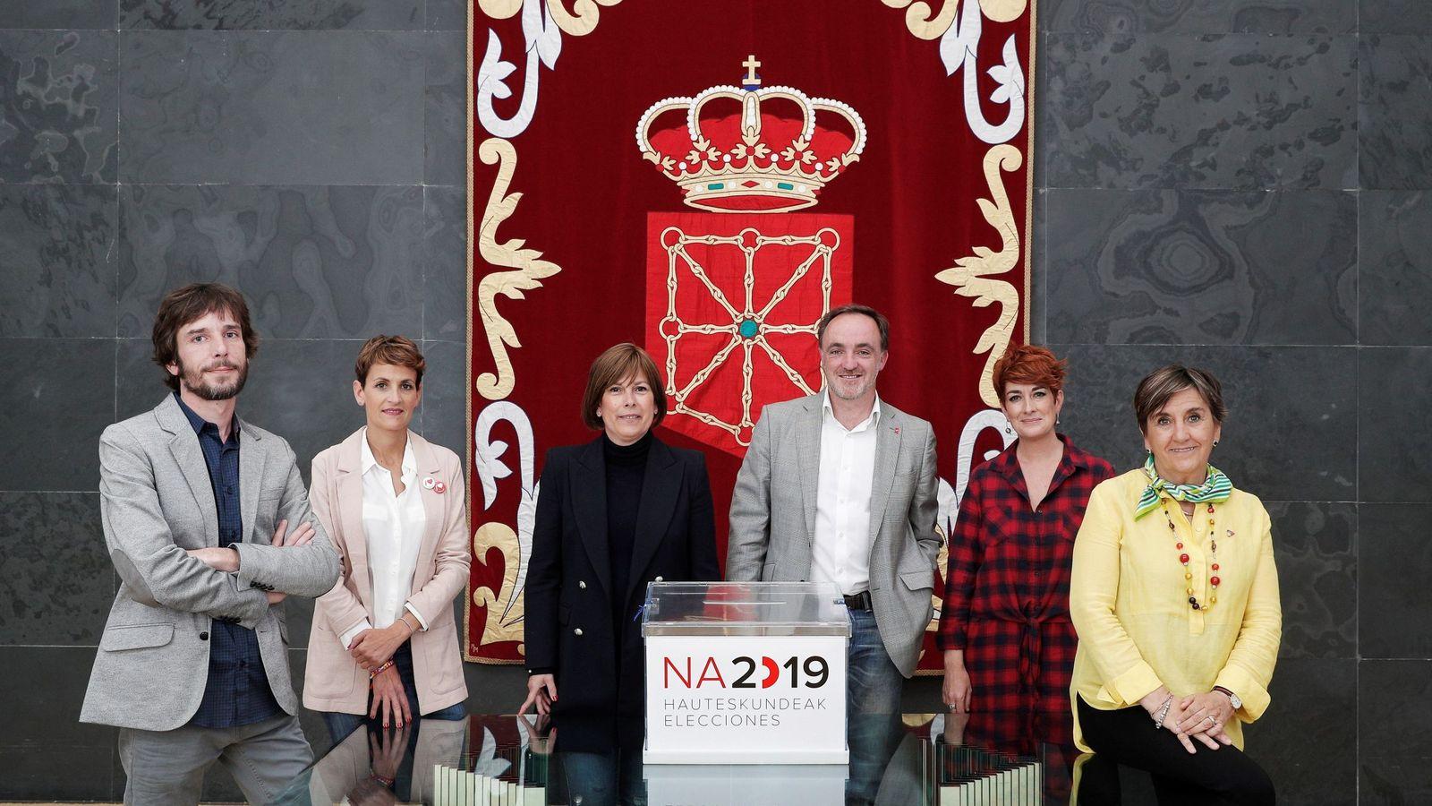Foto: Los candidatos Mikel Buil (Podemos), María Chivite (PSN), Uxue Barkos (GBai), Javier Esparza (Na+), Bakartxo Ruiz (Bildu) y Marisa de Simón (I-E), el pasado 18 de mayo. (EFE)