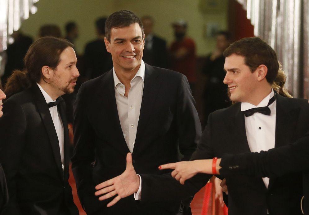 Foto: Pedro Sánchez, Pablo Iglesias y Albert Rivera, el pasado sábado a su llegada a la gala de la 30ª edición de los Premios Goya, en el hotel Marriott Auditórium de Madrid. (EFE)