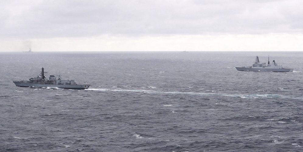 Foto: Foto de archivo de buques británicos escoltando al portaaviones ruso Kuznetsov. (EFE)