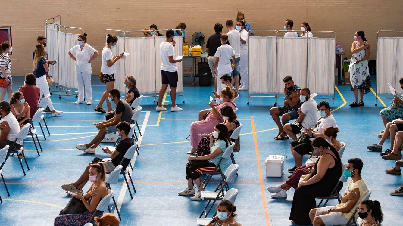 Foto: Decenas de personas mayores de 20 años reciben la vacuna en Sevilla. (EFE)