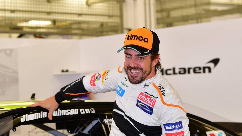 Fernando Alonso en su prueba con un coche Nascar en Baréin. (@BAH_Int_Circuit)