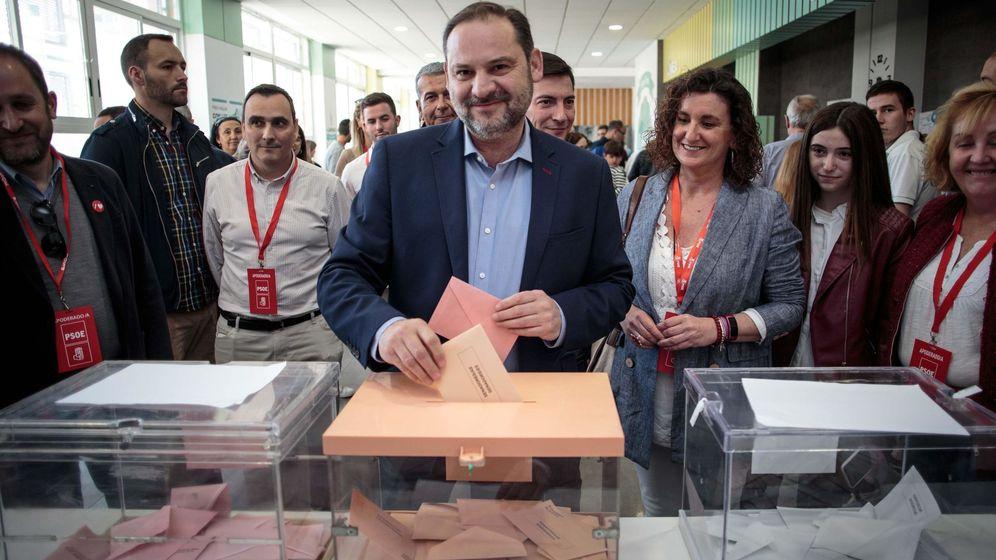 Foto: El secretario de Organización del PSOE, José Luis Ábalos, votando en la jornada del domingo. (EFE)
