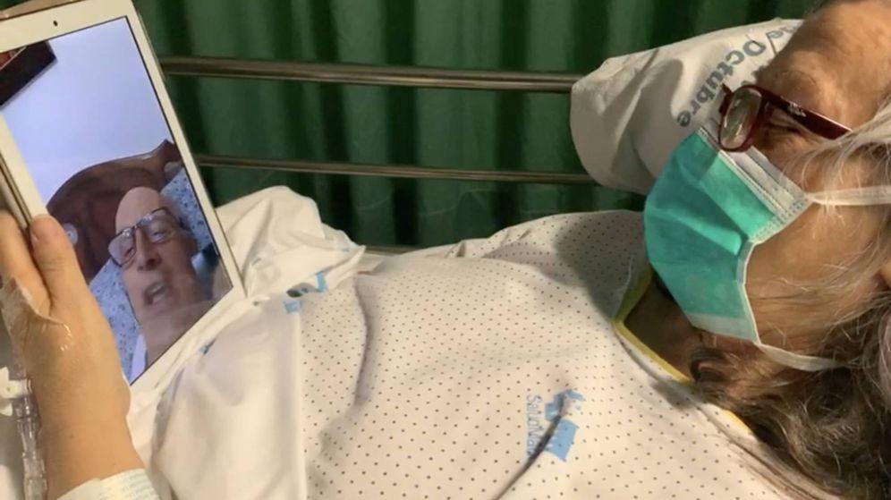 Foto: Una de las primeras pacientes en usar una 'tablet' para poder hablar con su familia.