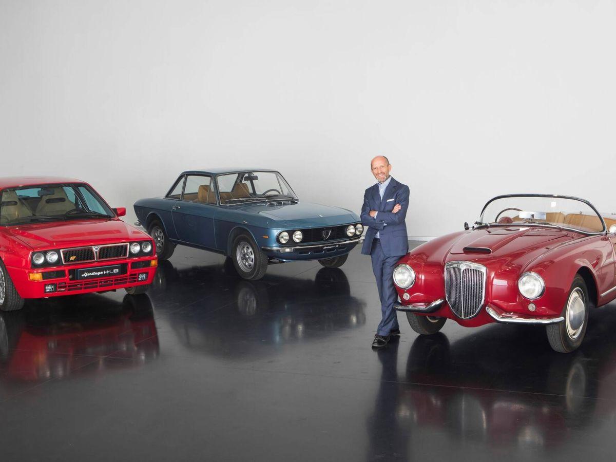 Foto: Luca Napolitano, principal responsable de Lancia en esta nueva etapa, junto a tres coches míticos de la marca italiana.