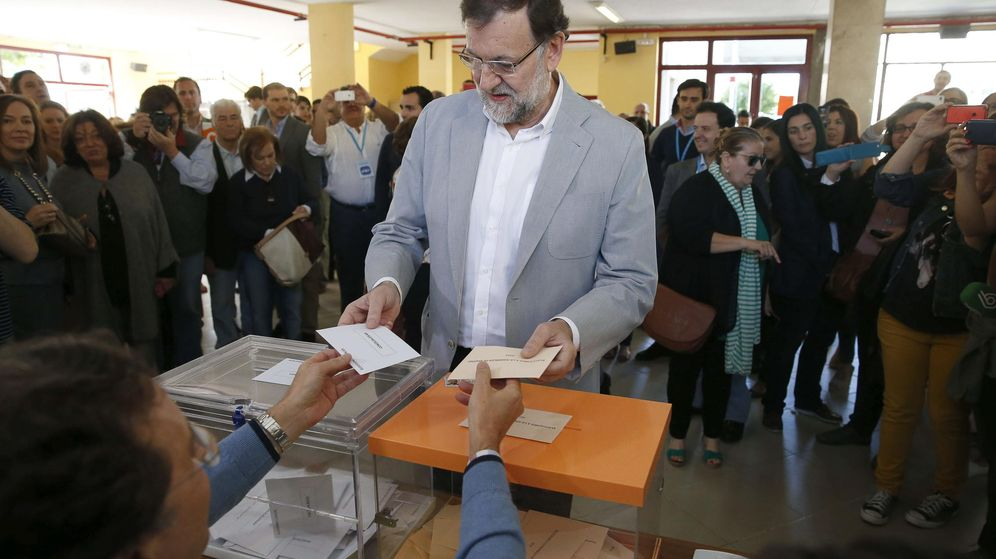 Foto: El presidente del Gobierno, Mariano Rajoy, deposita su voto para las elecciones del 24-M. (EFE)
