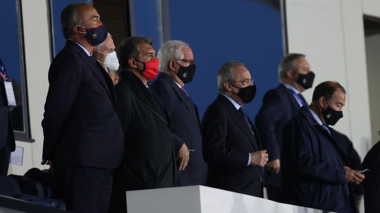 Florentino Pérez y Joan Laporta, en el palco del estadio Alfredo di Stéfano. (EFE)