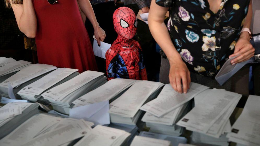 Foto: Un niño disfrazado de Spiderman durante las pasadas elecciones generales. (Reuters)
