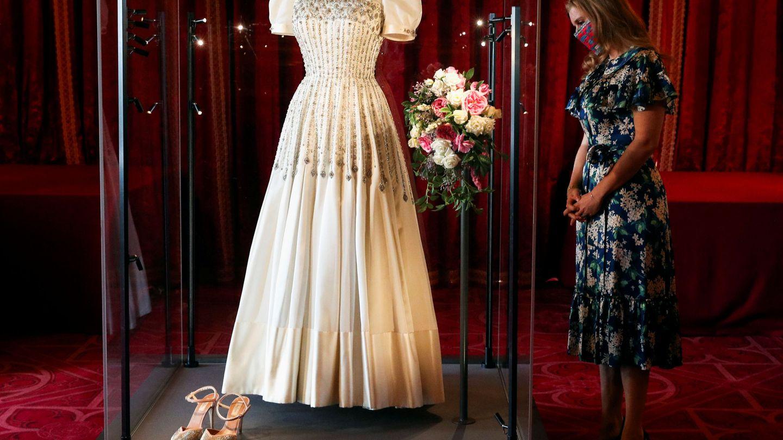 La princesa Beatriz, observando su vestido de novia. (Reuters)