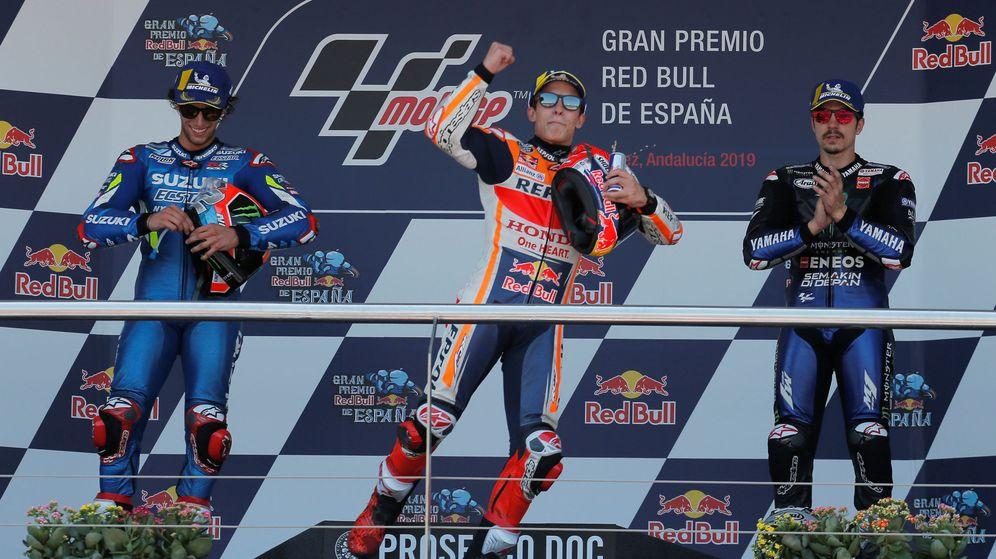 Foto: El podio de MotoGP en Jerez: Álex Rins (i), Marc Márquez (c) y Maverick Viñales. (Reuters)