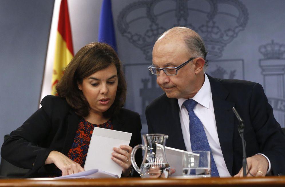 Foto: La vicepresidenta del Gobierno, Soraya Sáenz de Santamaría, junto al ministro de Hacienda, Cristóbal Montoro. (EFE)