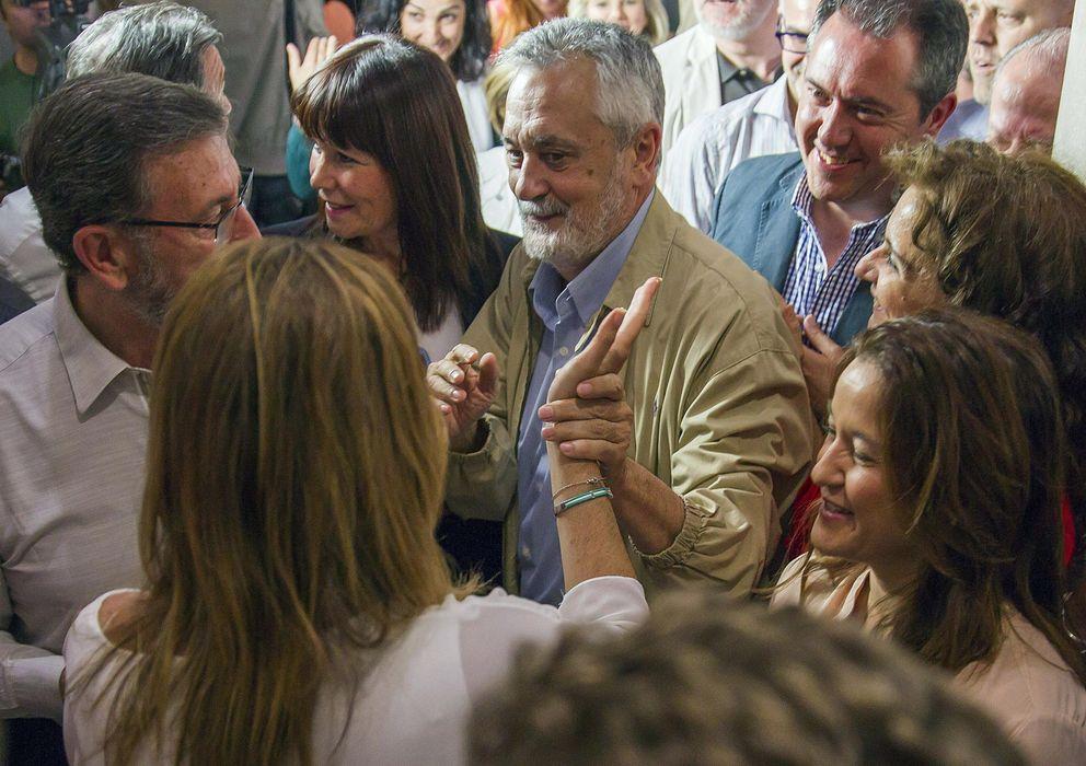 Foto: José Antonio Griñán saluda a Susana Díaz en mayo. (EFE)