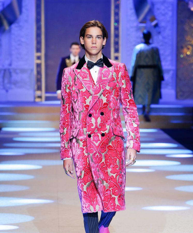 Foto: Paris Brosnan durante un desfile. (Cortesía Dolce & Gabbana)