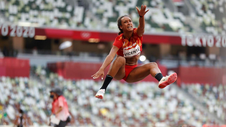 María Vicente, durante su salto. (Reuters)