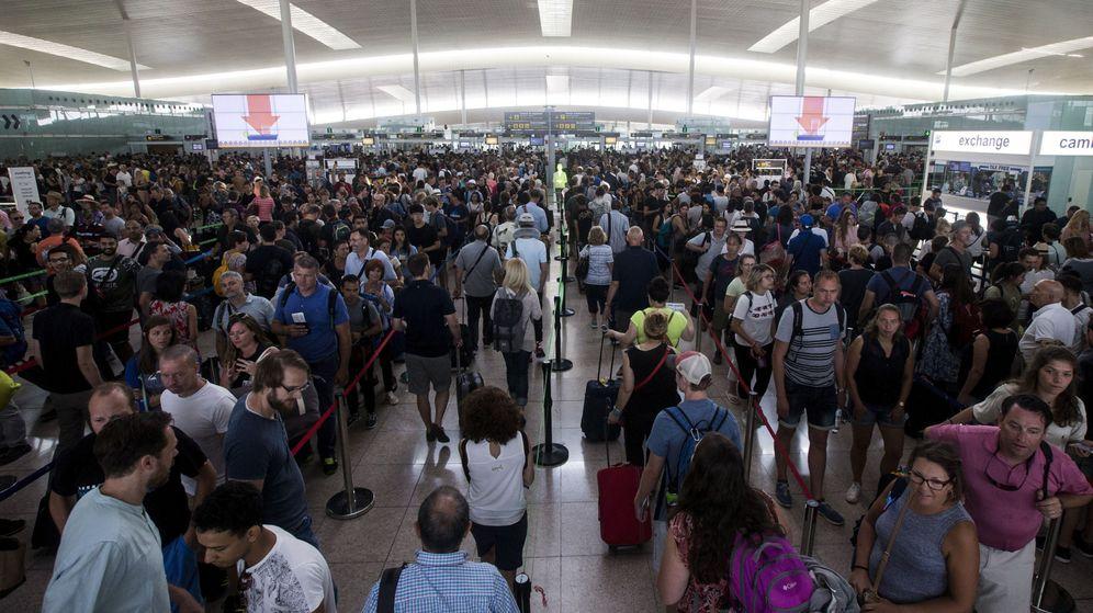 Foto: Las colas para acceder al control de seguridad del Aeropuerto de Barcelona-El Prat. (Efe)