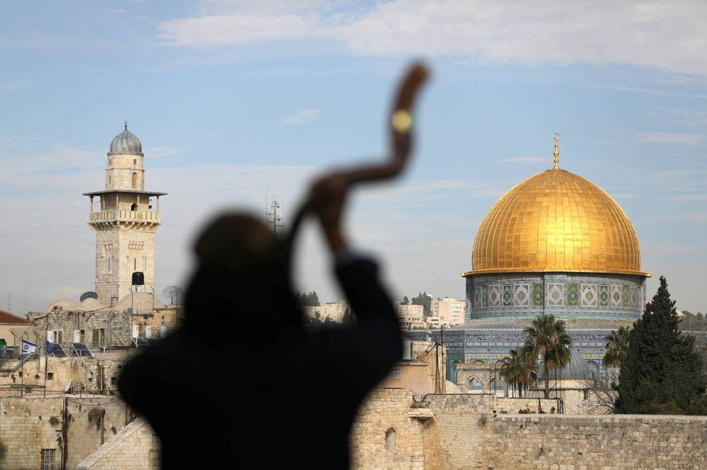 Foto: Un hombre toca un shofar en la Ciudad Vieja de Jerusalén, frente al Monte del Templo/Explanada de las Mezquitas. (Reuters)