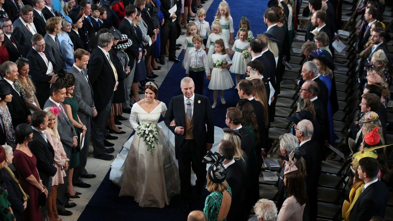 La novia del brazo de su padre. (Reuters)