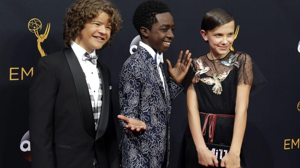 Foto: Gaten Matarazzo, Caleb McLaughlin y Millie Brown bailaron en la gala de los premios Emmy (EFE)