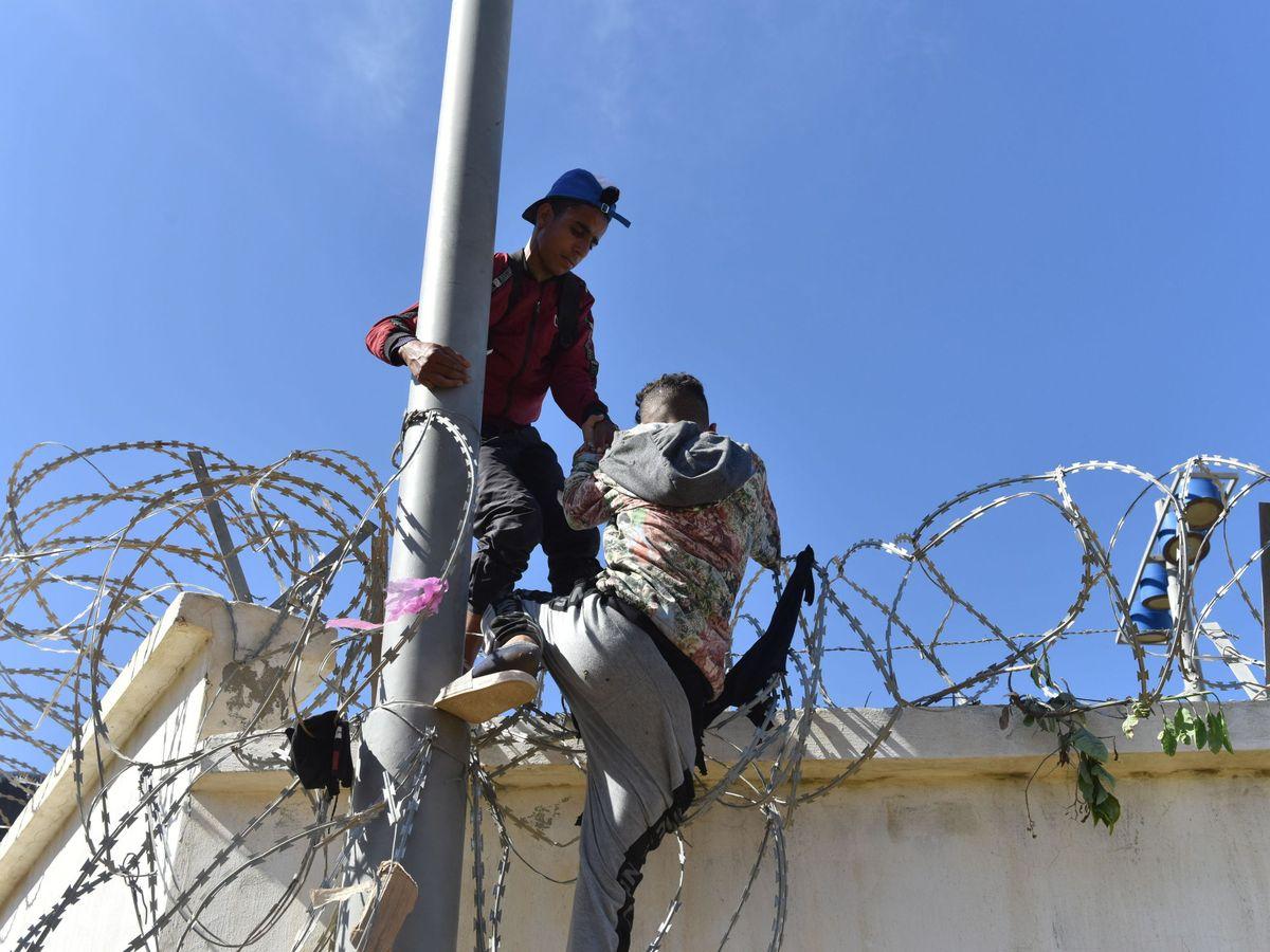 Foto: Migrantes en Fnideq. (EFE)