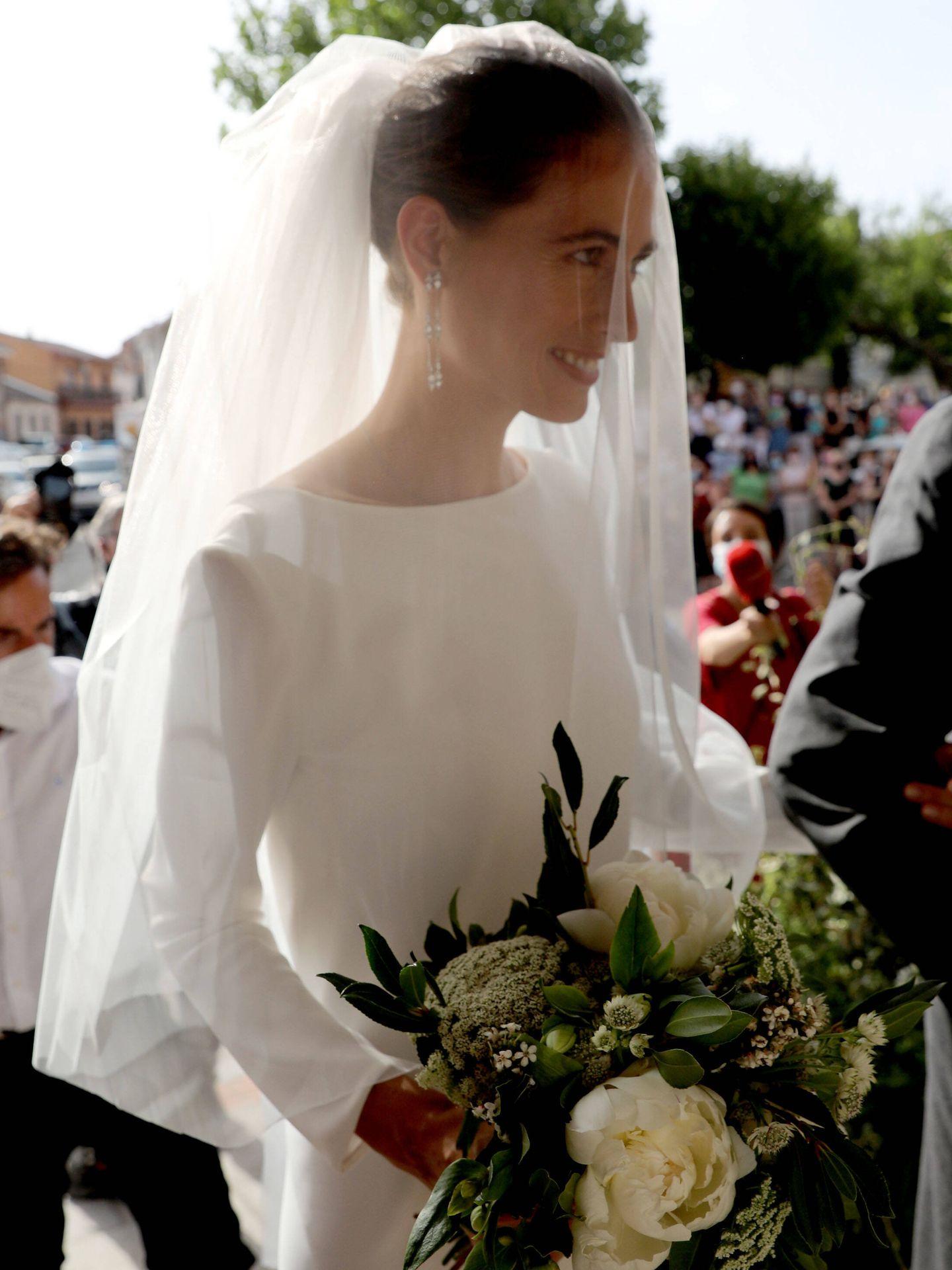 Detalle de los pendientes de brillantes y el ramo de Amelia Millán el día de su boda con Felipe Cortina. (Limited Pictures)