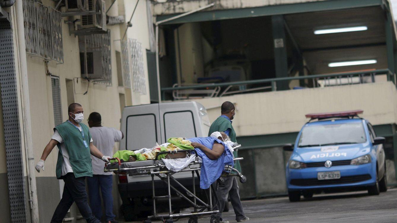 Foto: Personal hospitalario transporta a un paciente en un hospital de Río, en enero de 2016 (Reuters)