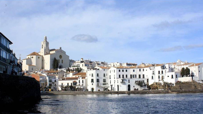 Cadaqués, blanco, junto al mar y coronado por su iglesia. (Hotel Blaumar)