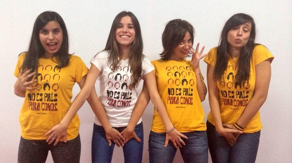 Foto: Diana López Varela, de blanco, junto a las actrices de una de sus piezas teatrales (Facebook de la autora)