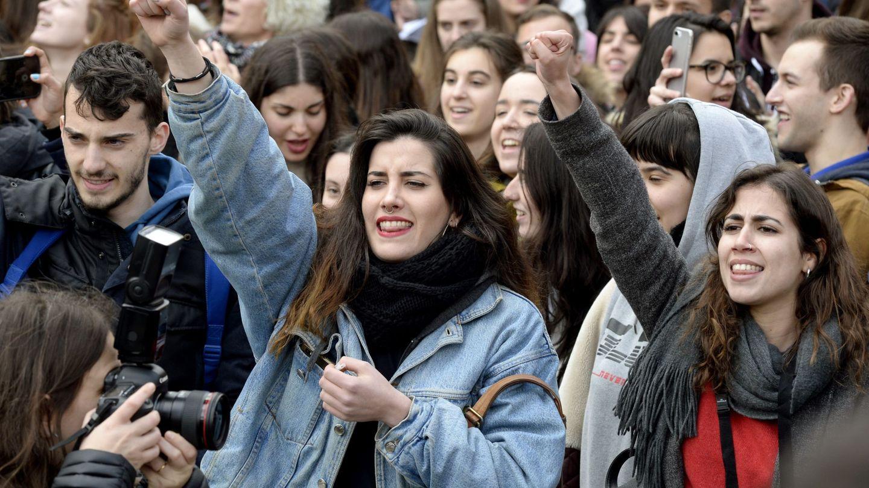 Un grupo de estudiantes de la URJC  protestan tras las irregularidades del máster de Cifuentes. (EFE)