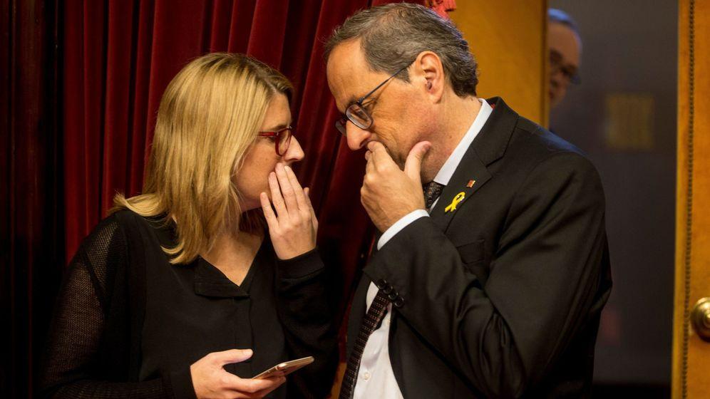 Foto:  El presidente de la Generalitat, Quim Torra (d) habla con la consellera de la Presidencia y portavoz del Govern Elsa Artadi (i). (EFE)