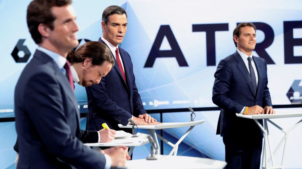 Foto: Los candidatos a presidir el Gobierno de España al inicio del debate. (EFE)