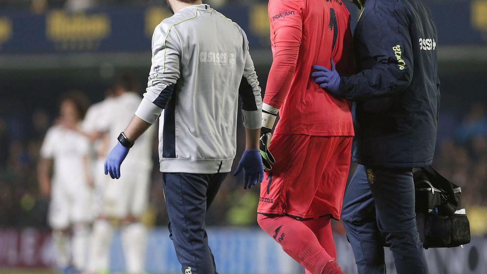 Foto: Sergio Asenjo se fue por su propio pie tras lesionarse (Miguel Ángel Polo/EFE).