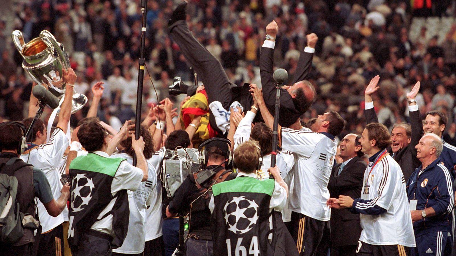 Foto: Del Bosque es manteado por sus jugadores tras ganar la Octava. (Imago)