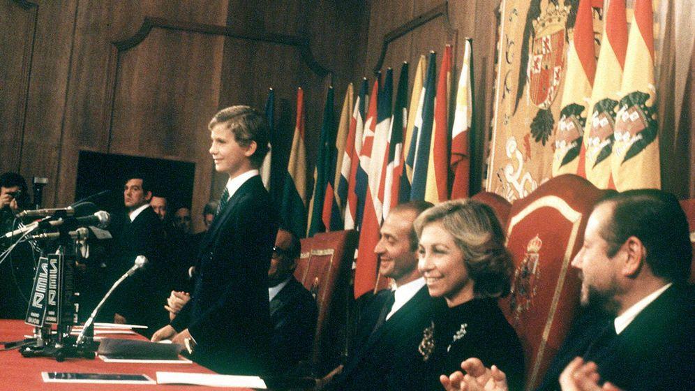 Foto: El hoy rey Felipe VI, durante su primer discurso público que pronunció en el acto de entrega de la primera edición de los Premios Príncipe de Asturias. (EFE)