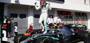 Post de El golpe de Hamilton a Verstappen y cómo Carlos Sainz (5º) sacó lo máximo